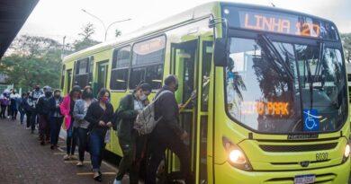 Longas filas para entrar nos ônibus(Foto: Marcos Labanca)
