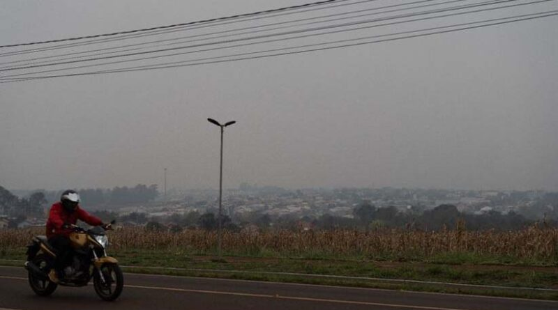 O céu cinzento, devido às queimadas no Paraguai e no Pantanal, pode ficar ainda mais escuro. Foto Marcos Labanca
