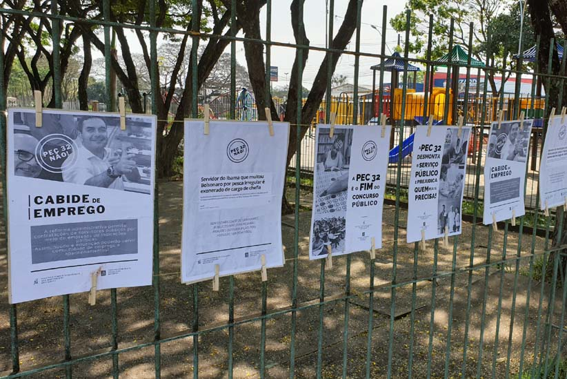 Cartazes destacam denúncias de corrupção que recaem sobre família Bolsonaro - Foto: Divulgação