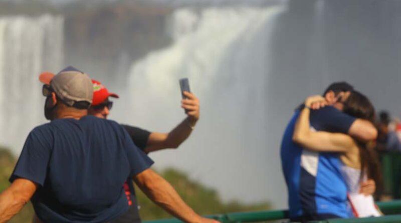 Pessoas de 30 nacionalidades conheceram ou revisitaram o maior conjunto de quedas d'água do mundo - Foto: Edison Emerson (Cataratas S/A)